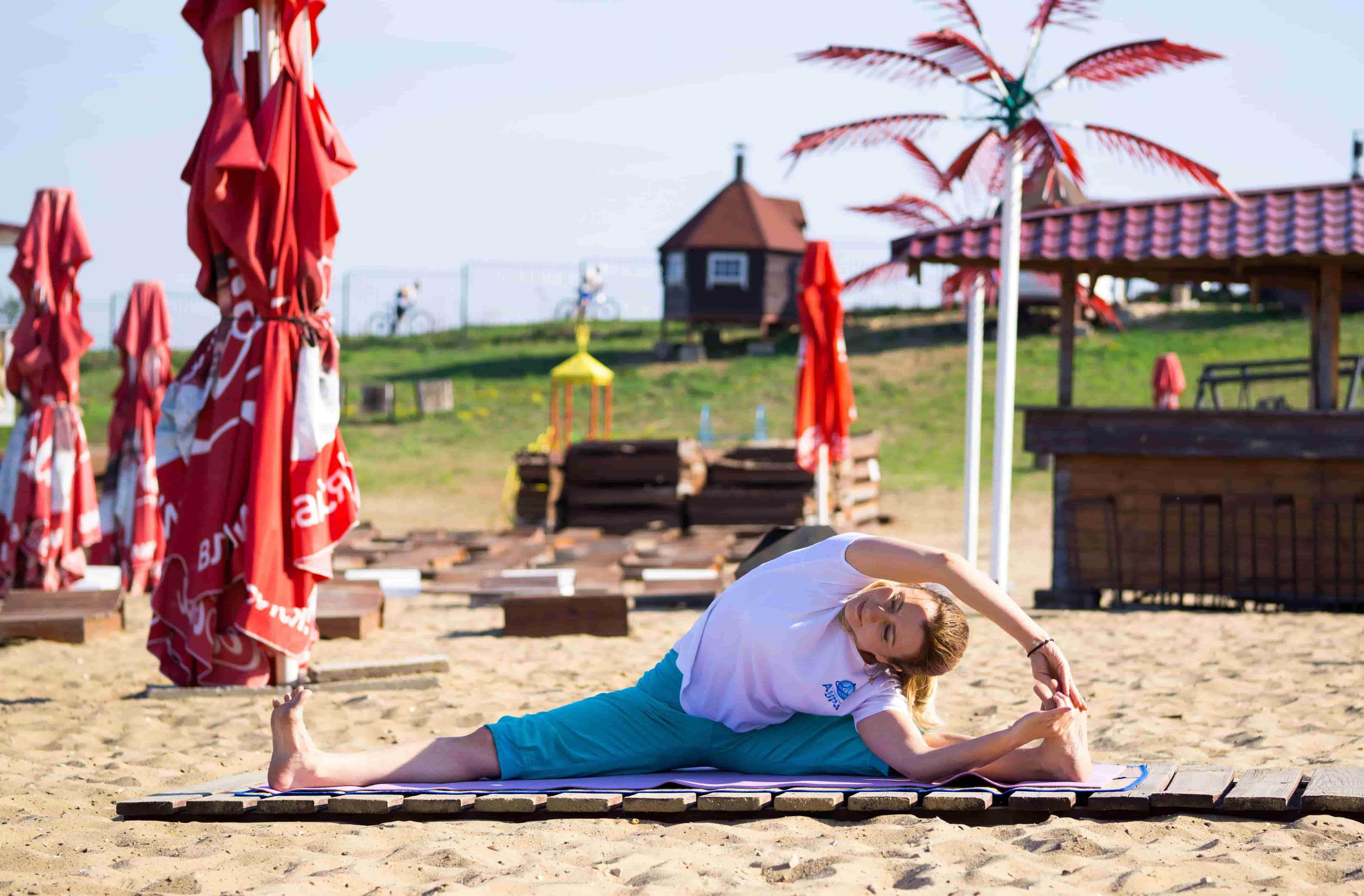 Светлана йога на пляже Сандали (10)-min
